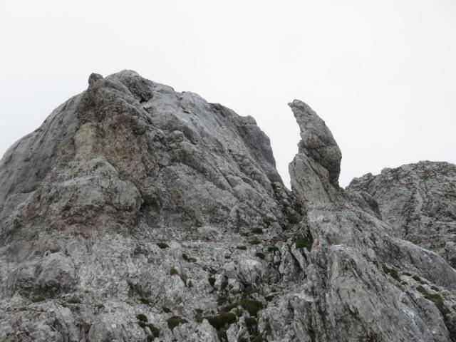 links die glatte Wand; keine angst, genügend Risse mit akzeptablen Rissen vorhanden