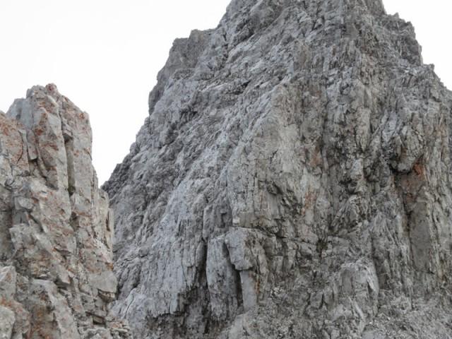 die Schlüsselstelle gleich nach dem Abstieg vom Gipfel der Hinteren Brandjochspitze, rechts oben (im Bild nicht mehr sichtbar) zwei Scheilschlupfe zur Hilfe