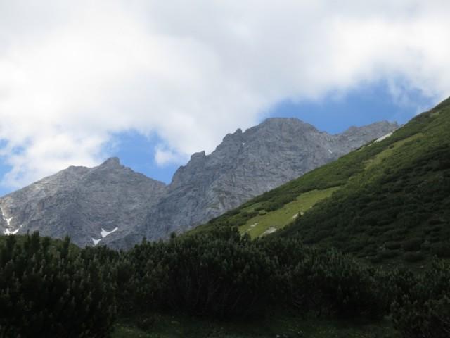 die beiden Gipfel Hohe Warte und Kleiner Solstein im Rückblick bei nicht prognostiziertem gutem Wetter