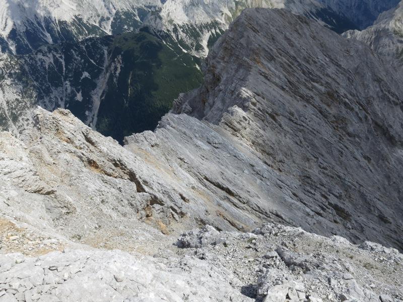 Blick vom Gipfelgrat über den Gratverlauf bis zum Kleinen Lafatscher