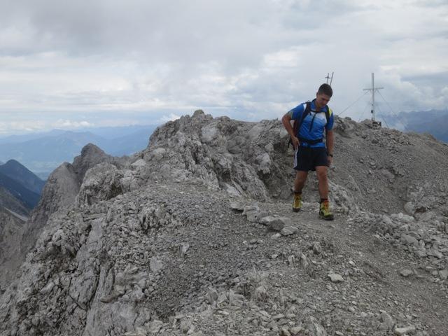 die U-Form des Gipfels des Kleinen Solsteins abgeschritten