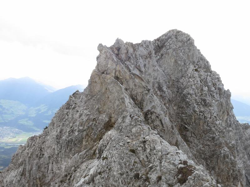 Gratverlauf mit Steinmandl und Steig links, ostseitig; Passage  im Norden der Rippe mit Steilabbruch