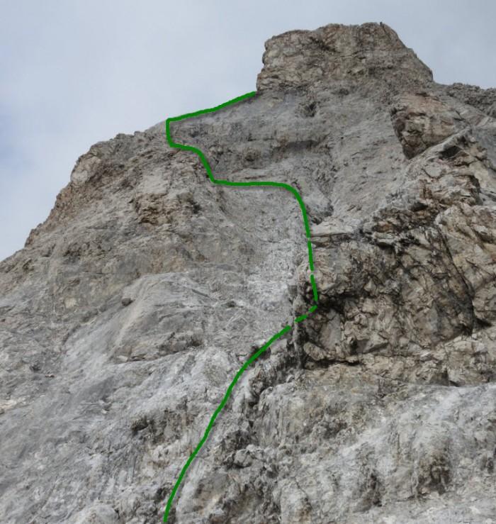 die Aufstiegsroute; erster Teil und Querung gut sichtbar; oberer Teil kaum detailliert sichtbar