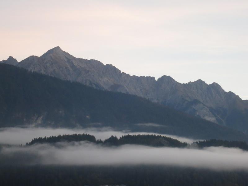 ausklingende Vomper Kette, ganz rechts die Fiechter Spitze, links der majestätische Hochnissl