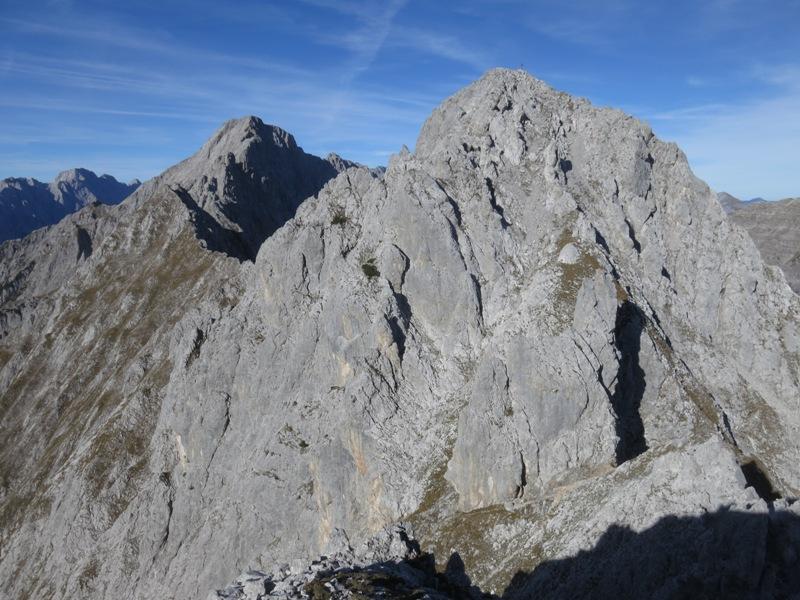 Die Mittagspitze von der Fiechterspitze aus, weit hinten der Schneekopf und hoch oben der Gipfel des Hochnissl