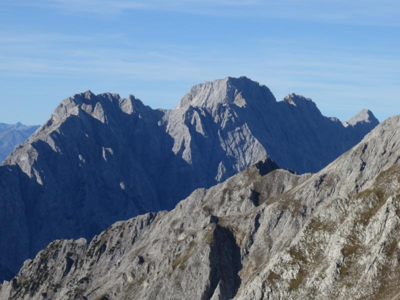Bettelwurfmassiv mit unverändert massiv und bizarr nach links (östlich) ausklingender Gleirsch-Halltalkette