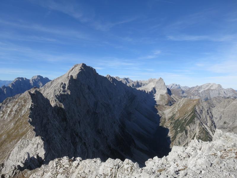 Das Hochnissl Massiv mit der Marzan weit unten in der Talschlucht; Tatorte wichtiger Ampferer'scher Geologiephänomene
