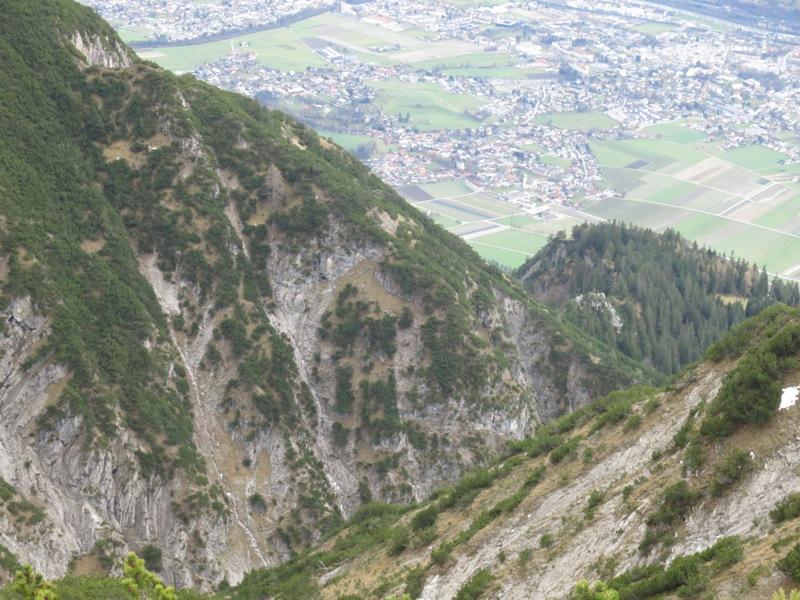 """links das """"Köpfl"""" und am Rücken dahinter unsichtbar der Steig, unten die Guggermauer"""