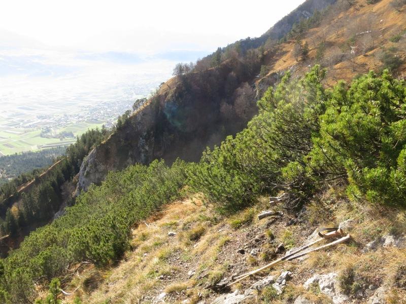 Der Felsrücken zwingt zum Abstieg