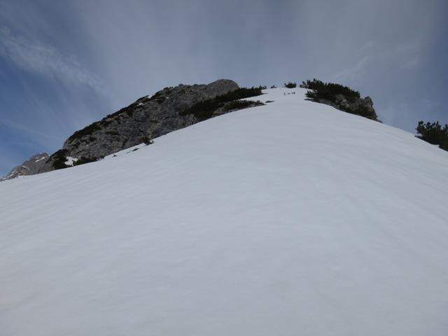man kann die Schneefelder meist südlich über aperes Gelände umgehen