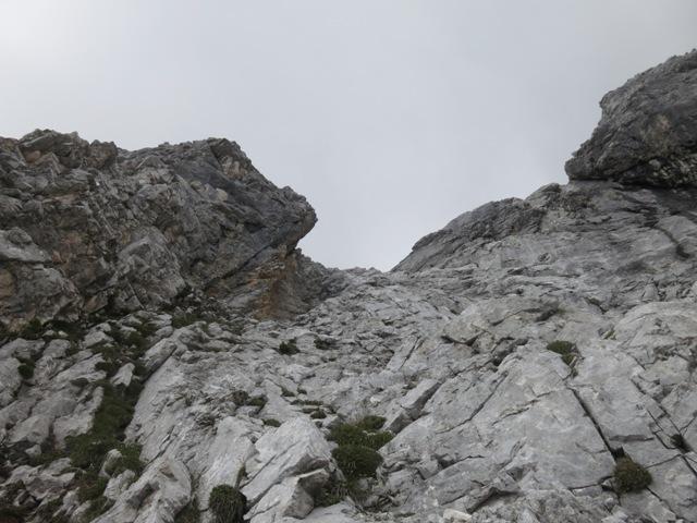 diese markante Rippe begeht man am besten rechts, gut griffiger Fels, Hangneigung ca. 75°