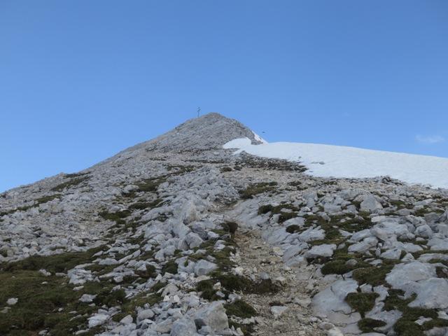 Ende des Rückens der Pleisenspitze und Restwächten in das Mitterkar hinab