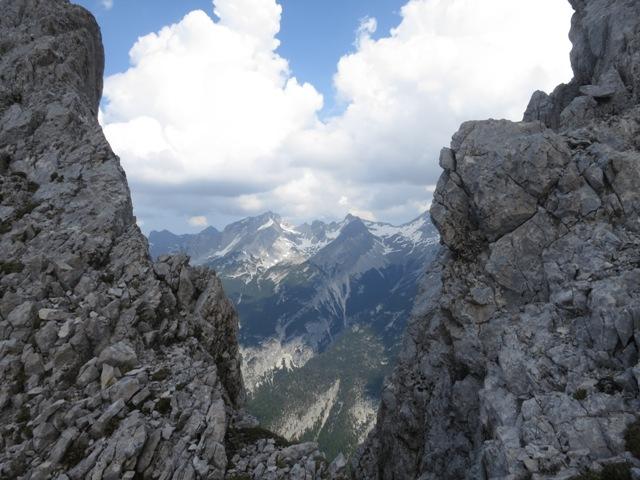 Blick auf mein gestriges Ziel, die Pleisenspitze, durch eine tiefe Einschartung des Westgrates