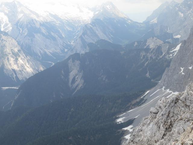 Ausläufer aus Hauptdolomit auf denen die mächtigen Gipfel aus festem Wettersteinkalk aufgeschoben wurden