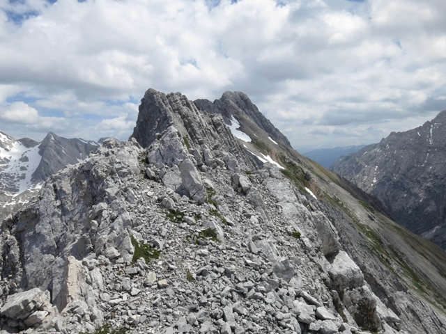 Blick von der höheren Hallerangerspitze voraus