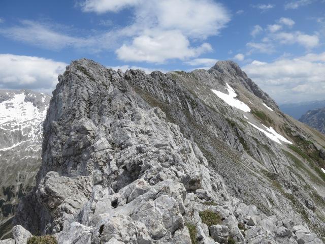 Gratverlauf mit Gamkskarspitze im Hintergrund.