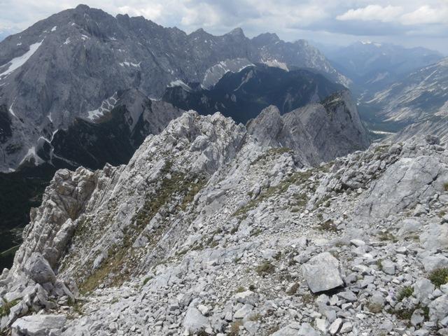 ein letzter Rückblick auf Sunntiger (ganz im Westen), die kleine und die große Hallerangerspitze