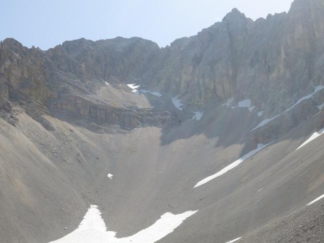 das Rigelkar mit abgehender Rinne ganz hinten beim kleinen Schneefeld als normaler Anstieg