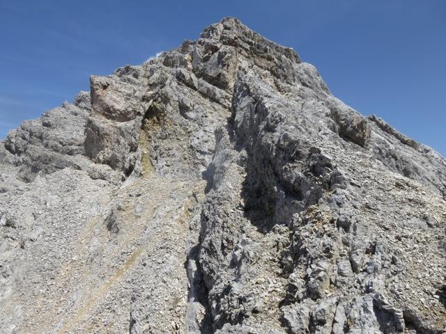 Rückblick von der Scharte aus zur Nördlichen Jägerkarspitze; nicht ganz einfach der Abstieg, westlich geht es gut, östlich gar nicht; man sieht einen frischen Bruch, den sind wir unten umgangen