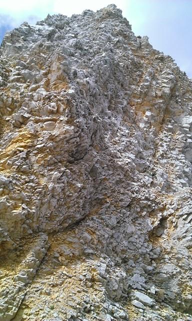 der schlechte Fels der Störzone im Rückblick; rechts kommt man gut hinab, auch wenn man es hier nicht so empfindet