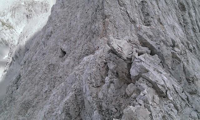 Höhle nach den ersten Metern in der Nordflanke; evtl. ein lohnendes Ziel bei Gewittergefahr, sie scheint über die Nordflanke halbwegs gut erreichbar zu sein