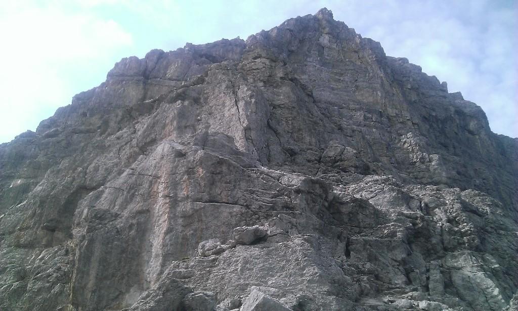 Blick von der Riepenscharte auf den ersten Felsturm, der die schwierigen Passagen zum Nordgrat enthält