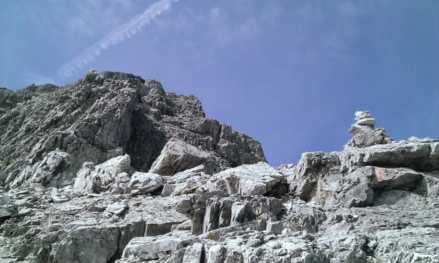in dieser Art geht es nun in leichtem Geh/Klettergelände zum Gipfel weiter