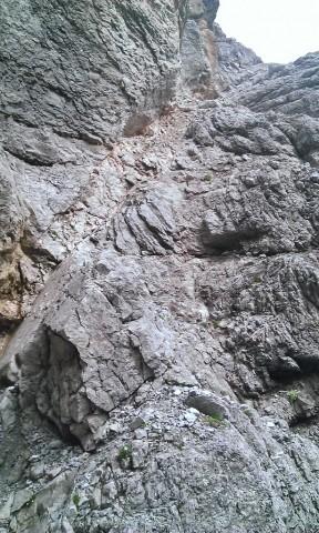 Rückblick auf den steilen Teil des Geröllbandes aus dem Tiefsten in der Schlucht angelangt