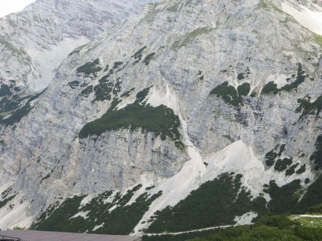 Der Steig von der Fahrstraße zur Pfeis in das Kaskar; deutlich sieht man die Steilstufe, die überwunden wird