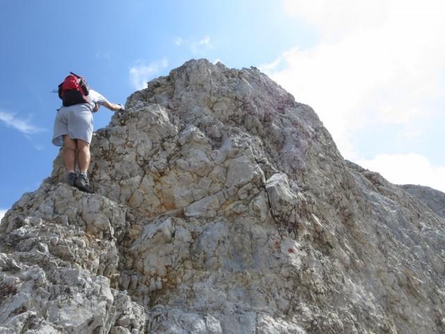 die einzig vernünftige Route ist direkt am Grat; klettertechnisch nichts besonderes, dafür beim erstem Mal aber psyochologisch