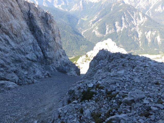 brav nach Führer die Schuttrinne keuchend empor (man nimmt sie links und versucht über die Felsen zu klettern, anstelle im Schutt zu versinken