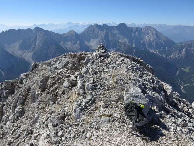 den Gipfel ziert kein Gipfelkreuz, das GB ist im Steinmann