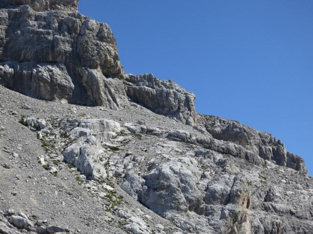 nochmals die Umgehung im aufstiegsblick; rechts geht es oberhalb der Felskant auf einer autobahn bis zu den grünen Wiesen