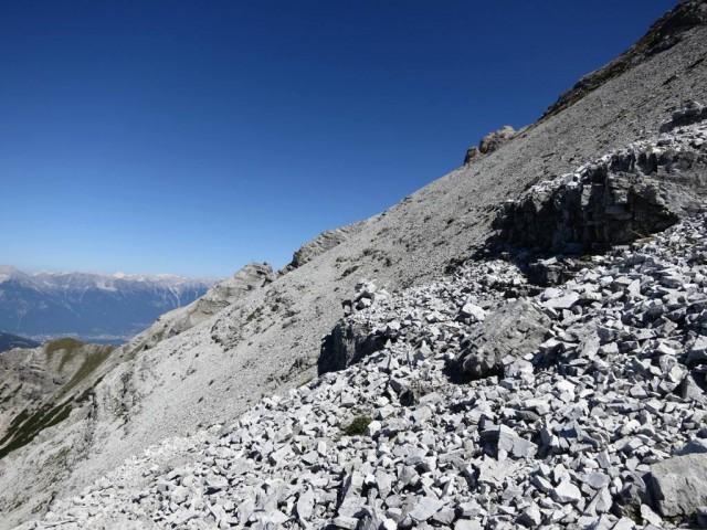 am Ende des Steiges vor der Schuttreise mit Steinmandl