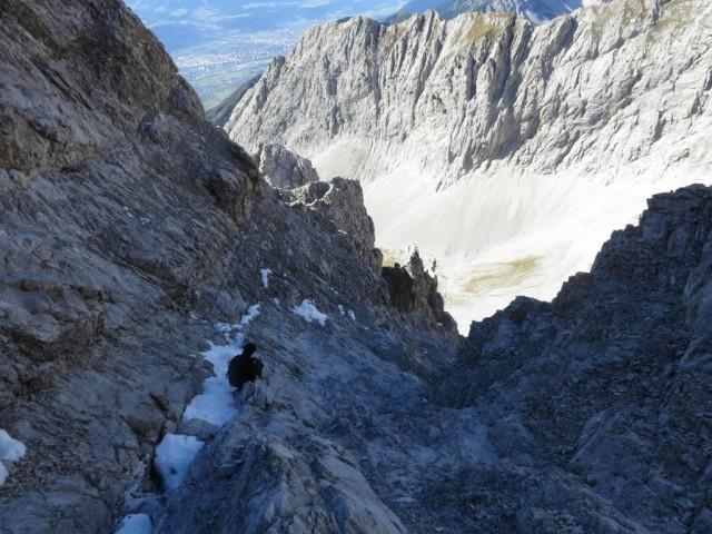 hier sind oft bis tief in das Frühjahr und ab September durchgehend Schneepartieen, die aber nicht in der Aufstiegsroute liegen