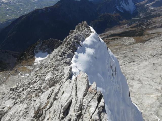 Rückblick auf den Grat mit der tückischen Westseite die Schnee in sich birgt