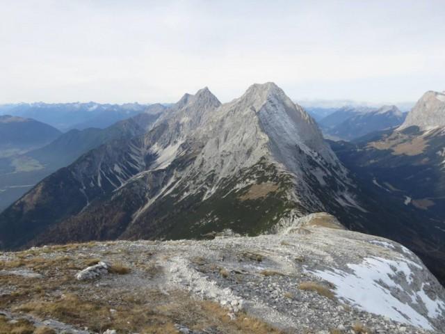 im Vordergrund der Karkopf, 2.569m, Hohe Wand, 2.715m rechts und Hochplattig, 2.698m links