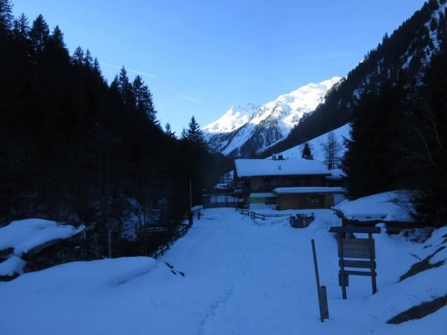 Voldertalhütte; von hier wenige Meter zurück zum Weg, ich bin am Bach weitergegangen und kam durch eine kleine Anhäufung von Privathütten; dann geht es über eine Brücke links hinüber und steil zum Weg hinauf