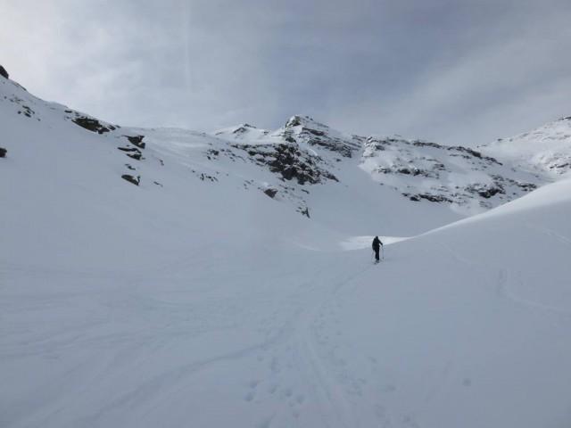 schmales schattiges Tal bis zur nächsten Steilstufe