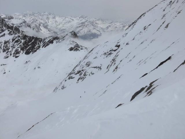 Blick zu den Kollegen in der Nordflanke, zwei bereits im Steilhang, drei noch in der Flanke oben