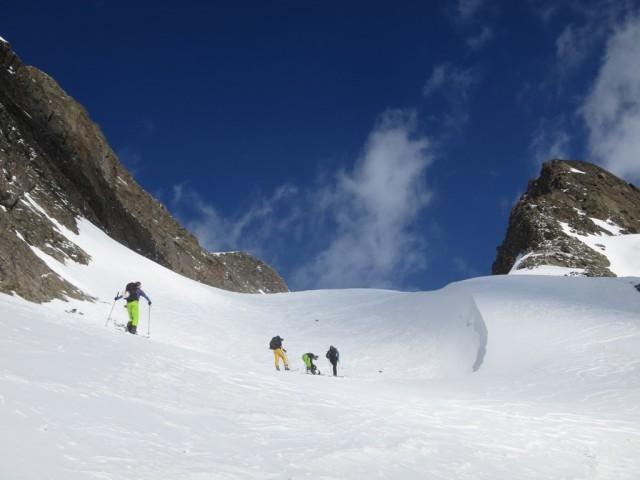 den Steilhang zum Kar bald überwunden, das schön geformte Kar wird in seinen Dimensionen sichtbar