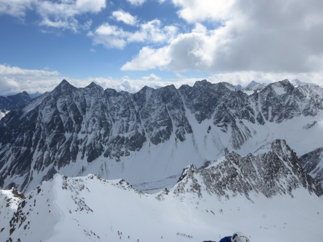 gegenüber im Längental die Lisenser Fernerspitze links, die Lisenser Spitze knapp rechts daneben und weiter rechts in der Kette Vorderer und Hinterer Brunnenkogel