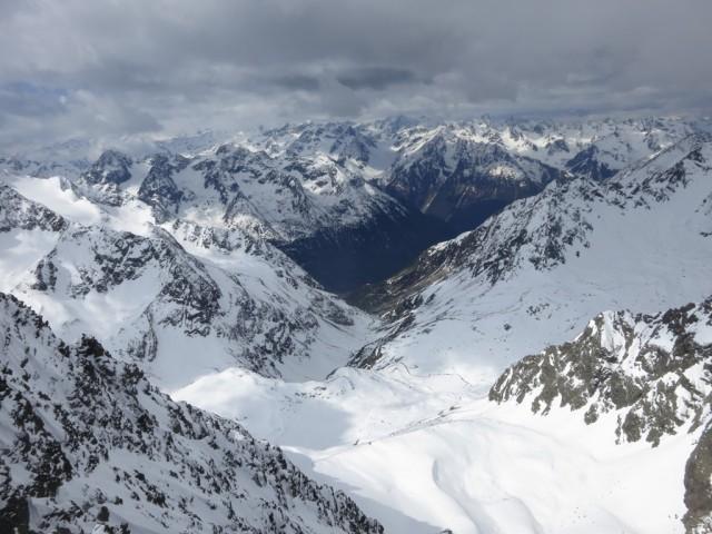 links die letzten Stubaier und in Hintergrund die Ötztaler, ganz rechts unten die Winnebachseehütte und das Sulztal
