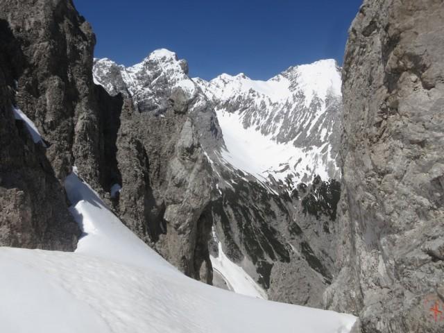 Blick in die zweite Karwendelkette zu Stempelspitze und Roßkopf
