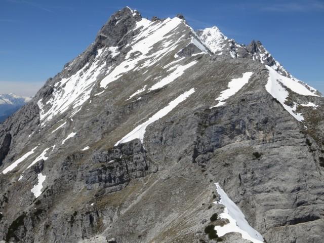 die Tratten vom Hundskopf aus; gleich in der ersten Verschneidung am Weg zur Trattenspitze noch ein mächtiges Schneefeld (Bildvordergrund)