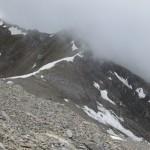 das Joch mit den Schneefeldern im Aufstieg von Kampl