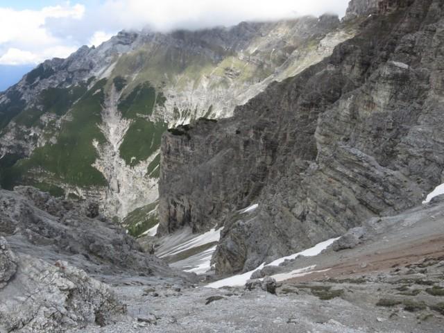 tiefe Schluchten trennen den Ausläufer auf dem der Aufstieg erfolgt vom Serleshauptkamm