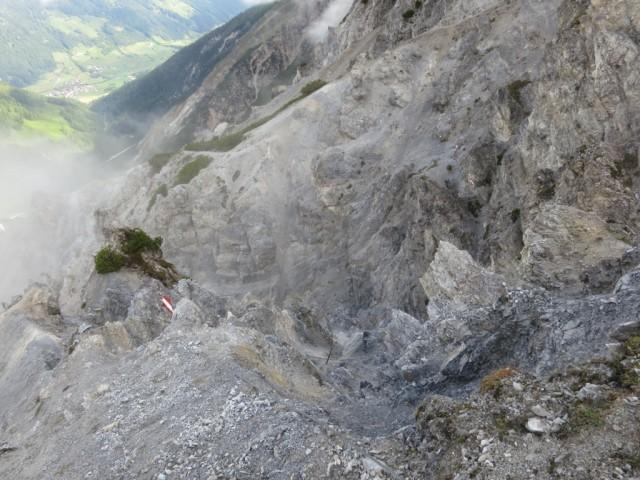Rückblick auf den Steig im oberen Teil des Schuttkessels