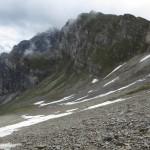Restschneefelder abseits des Steiges