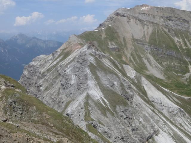 weiterer Steig zum Abstieg; er befindet sich dort wo die Restschneefelder zu erkennen sind
